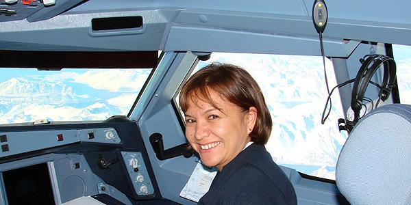 Sandrine Tupai Turquem en uniforme dans un cockpit d'avion.
