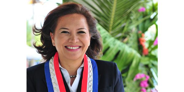 Sandrine Tupai Turquem en uniforme portant l'écharpe tricolore d'élue de sa commune, Punaauia.