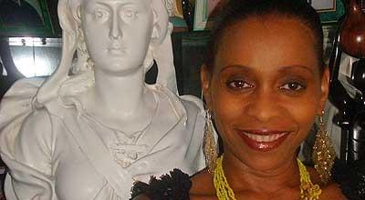 Femme posant devant le buste de Marianne
