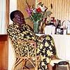 Anita Bazir, assise devant un bouquet de fleurs