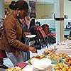 Les adhérents s'affairent autour du buffet lors de l'assemblée générale de l'association.