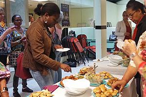 Les invités s'affairent autour du buffet lors de l'assemblée générale de l'association.