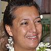 Maina Sage souriant avec un collier de fleur