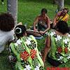Femmes océaniennes discutant ensemble, assises sur l'herbe