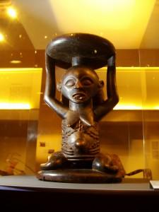 statuette africaine vue en contre plongée au musée Dapper